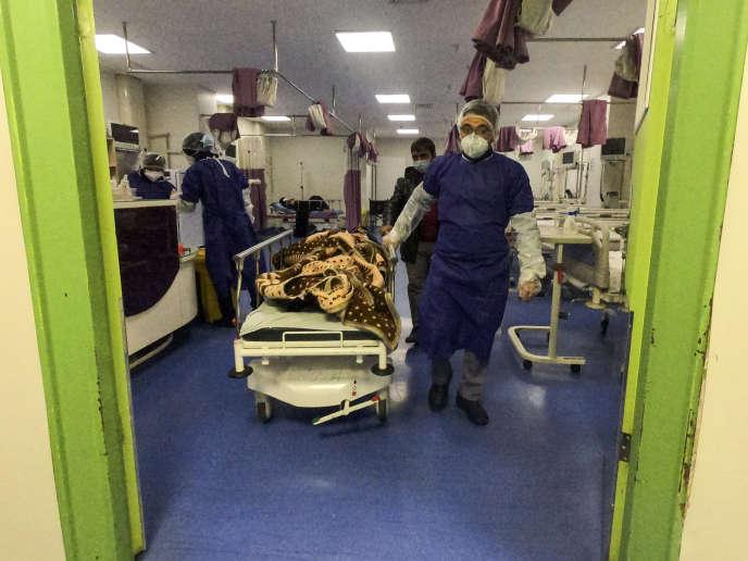 Près de 140 personnes ont été infectées par le coronavirus en Iran, 19 en sont mortes. Ici, les médecins de l'hôpital Forqani, dans la ville de Qom, s'occupent d'un patient,le26février.