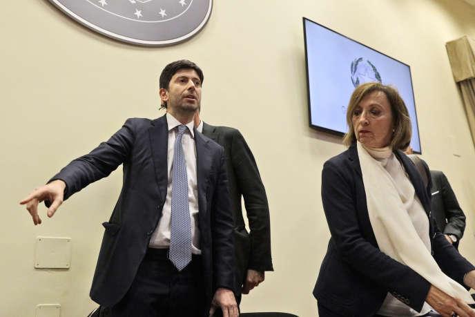 La commissaire européenne à la santé, Stella Kyriakides, et le ministre italien de la santé, Roberto Speranza, après une réunion avec leurs homologues français, suisse, allemand, slovène, croate et autrichien à Rome le 25 février.