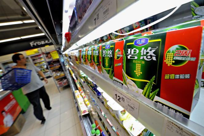 Un homme achète des yaourts Danone dans un supermarché, à Shanghaï, en2009.