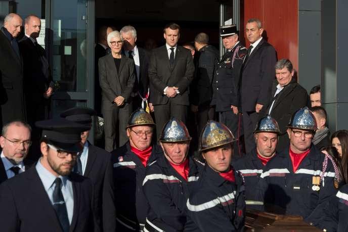 Le président de la République Emmanuel Macron et Danièle Charasse, veuve de Michel Charasse, lors de l'hommage rendu à l'ancienministre et sénateur, mercredi 26 février, devant la mairie de Puy-Guillaume (Puy-de-Dôme).