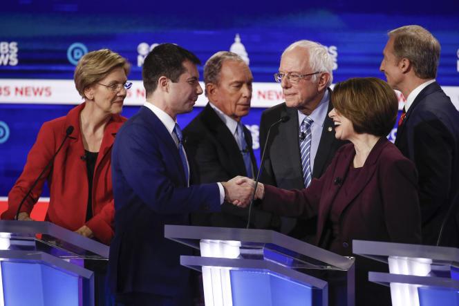 Elizabeth Warren, Pete Buttigieg, Mike Bloomberg, Bernie Sanders, Amy Klobuchar et Tom Steyer, lors du débat à Charleston (Caroline du Sud), le 25 février.