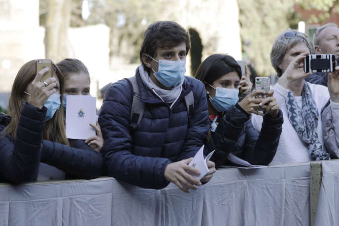 Au Vatican, des croyants venus voir le pape François portent un masque, le 26 février.
