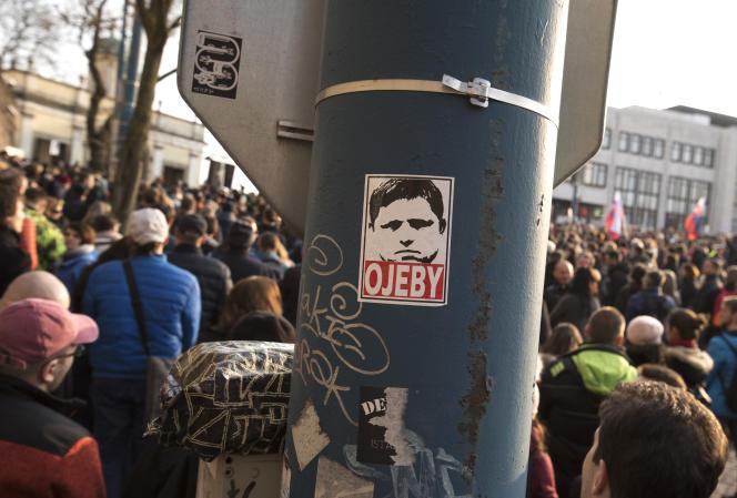 A Bratislava, en mars 2018, des manifestants brandissent une photo de l'ex-premier ministre slovaque Robert Fico poussé à la démission après le meurtre d'un journaliste d'investigation.