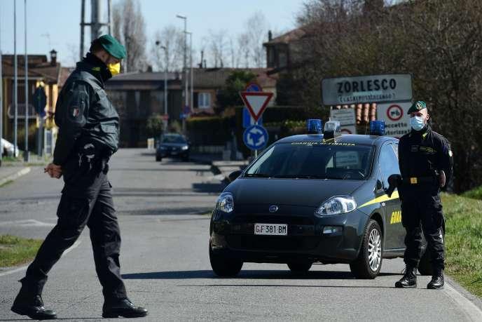 Des policiers à un poste de contrôle dans la ville de Zorlesco, près de Milan, 26février.