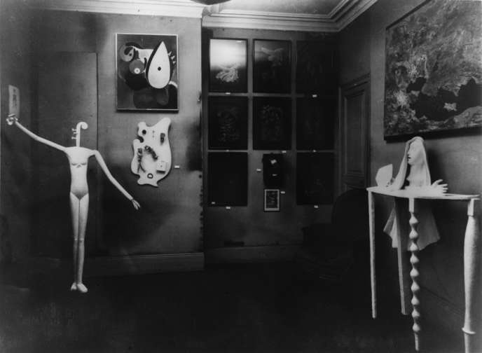 « Mannequin » (1932-1933), présenté lors de l'Exposition surréaliste à la galerie Pierre Colle, à Paris. Photo de Man Ray (1933).