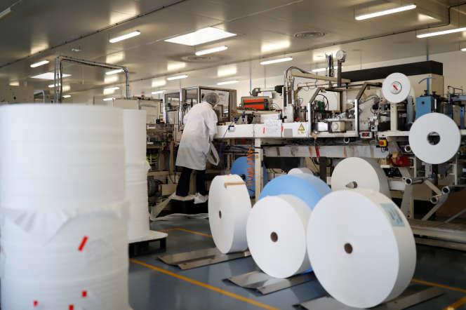 Dans l'entreprise de fabrication de masques de la société Kolmi-Hopen, à Saint-Barthélemy-d'Anjou (Maine-et-Loire), le 5 février.