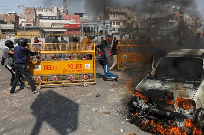 Partisans et opposants à la nouvelle loi sur la nationalité s'affrontent dans les rues de New Delhi, le 24 février.