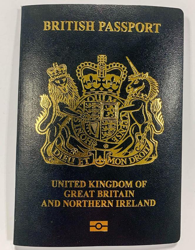 Le nouveau passeport britannique,présenté le 21 février, retrouve sa couleur bleu sombre.