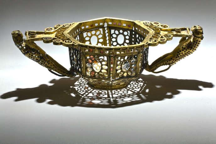Coupe en or, argent, grenat et tourmaline appartenant au trésor de Pietroasa (Roumanie. Fin du IVe-début du Ve siècle). Les anses figurent deux panthères.