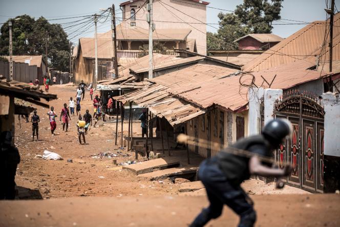 Affrontement entre des protestants et des policiers dans le quartier de Wanindara, à Conakry, le jeudi 27 février.
