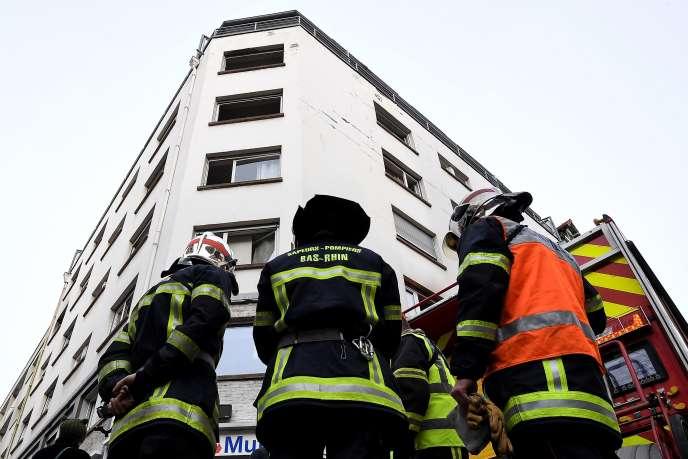 Appelés vers 1 heure du matin pour un dégagement de fumée dans une cage d'escalier d'un immeuble de sept étages, les pompiers ont indiqué avoir « dû faire face à de nombreux sauvetages ».