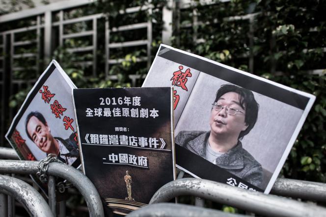 Des pancartes montrant le libraire disparu Lee Bo (à gauche) et son associé, l'éditeur Gui Minhai (à droite) devant le bureau de liaison avec la Chine à Hongkong, en 2016.