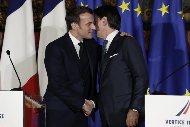 Emmanuel Macron et Giuseppe Conte, à Naples, le 27février.