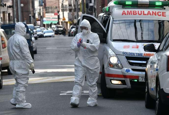Une équipe médicale sud-coréenne vient contrôler un bâtiment dont les habitants présentent des symptômes du Covid-19 à Daegu, le 27 février.