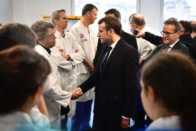 Emmanuel Macron a rencontré des médecins de l'hôpital parisien de La Pitié-Salpêtrière, le 27 février.