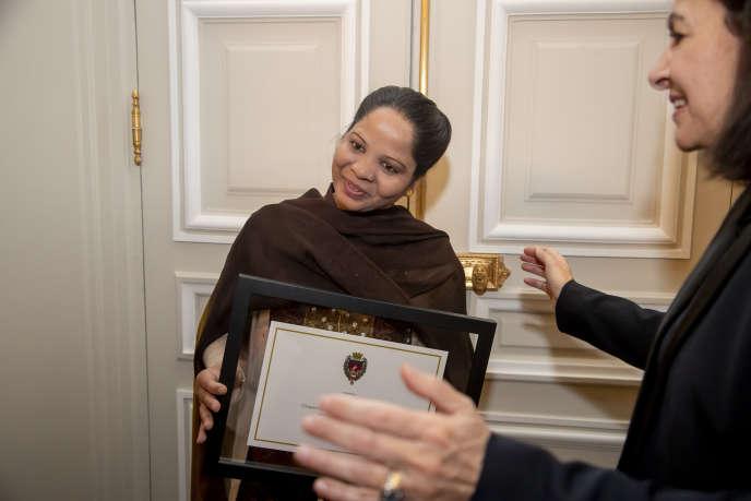 Asia Bibi accueillie par Anne Hidalgo à l'Hôtel de ville de Paris, le 25 février.