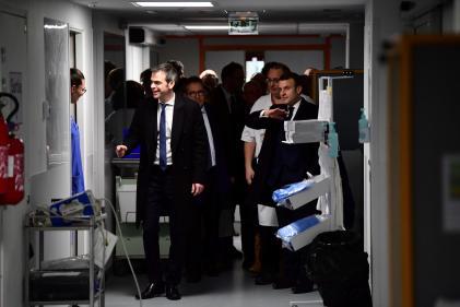 Olivier Véran, ministre de la santé, et Emmanuel Macron à l'hôpital de La Pitié-Salpêtrière à Paris, le 27 février.