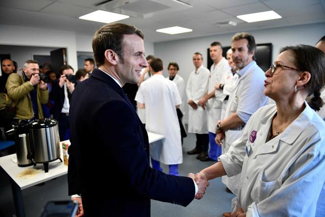 Le président français, Emmanuel Macron, lors de sa visite à l'hôpital de la Pitié-Salpêtrière, à Paris, le 27 février.