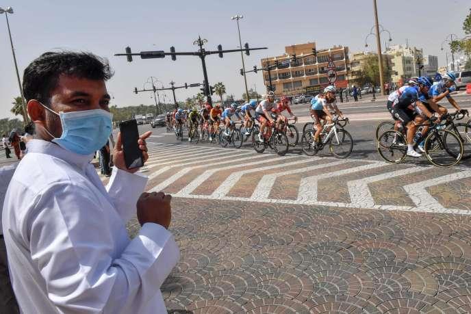 L'UAE Tour a été interrompu, jeudi 27 février, deux jours avant sa fin. Deux membres italiens de l'encadrement d'une équipe étaient soupçonnés d'être porteurs du coronavirus.L'ensemble des contrôles effectués ont éténégatifs.