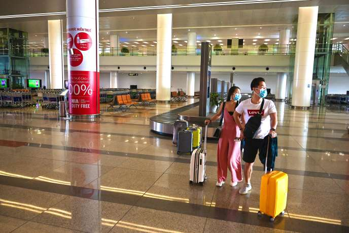 Des passagers dans le hall d'arrivée déserté de l'aéroport international de Noi Bai, à Hanoï (Vietnam), le 27 février.
