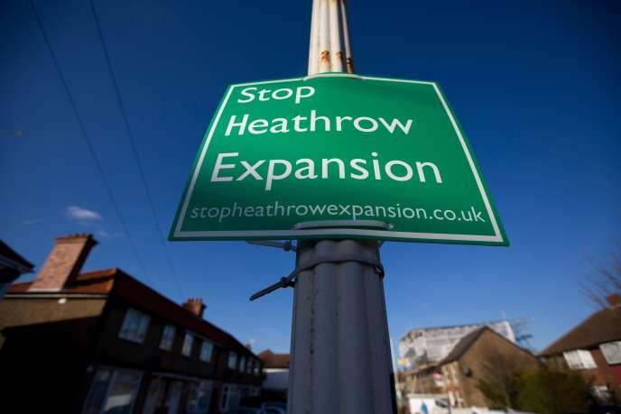 L'agrandissement d'Heathrow est sous le feu des critiques des mouvements écologistes, qui dénoncent l'augmentation de la pollution et des nuisances sonores.