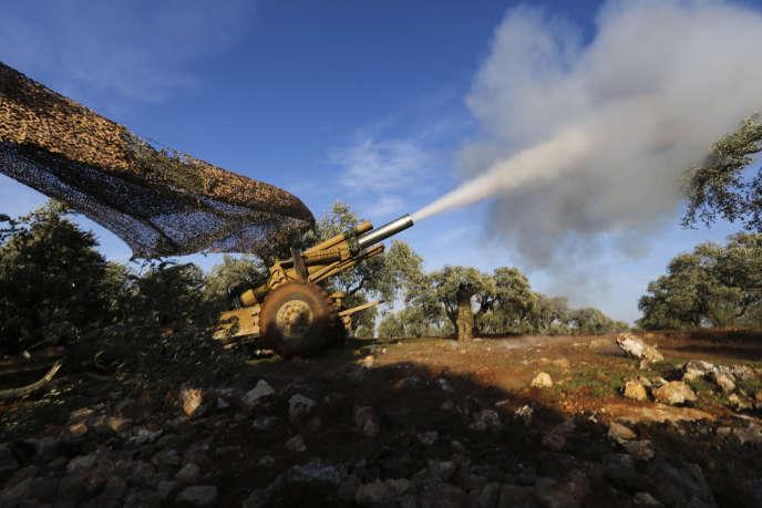 Des combattants rebelles soutenus par la Turquie tirent un obus vers les positions des forces gouvernementales syriennes près du village de Neirab, dans la province d'Idlib, en Syrie, jeudi 20février2020.