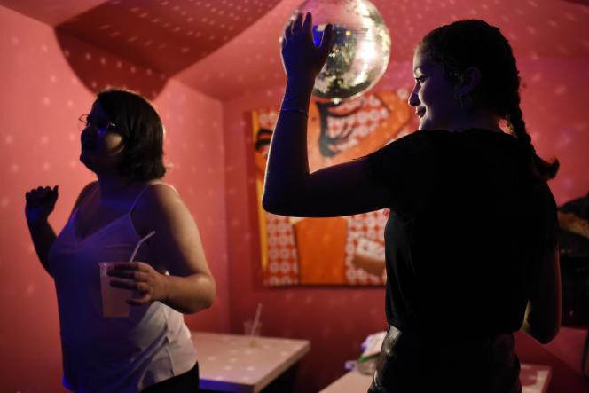 Une soirée « Bringue» réservée aux filles et organisée par Clarisse Luiz, étudiante en sciences politiques, au Velvet bar, à Paris, le 14 février.