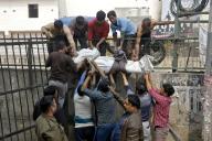Des hommes transportent le corps d'une victime des affrontements entre hindous et musulmans à New Delhi, le 26 février.