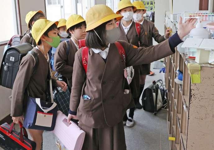 Des écoliers à Osaka (Japon), le 28 février.