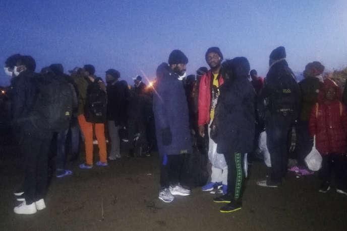 Des migrants marchent jusqu'à Edirne, ville turque limitrophe de la Bulgarie et de la Grèce, vendredi28février2020.