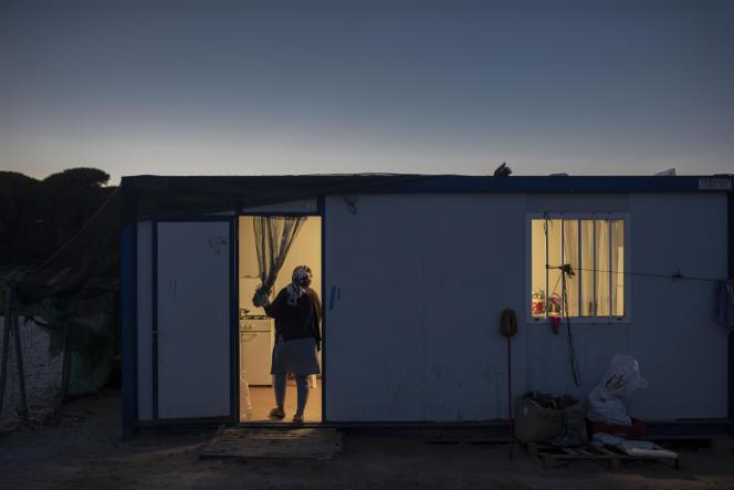 Une travailleuse marocaine des fraises devant son logement à Almonte (Huelva), en Espagne, en juin 2019.