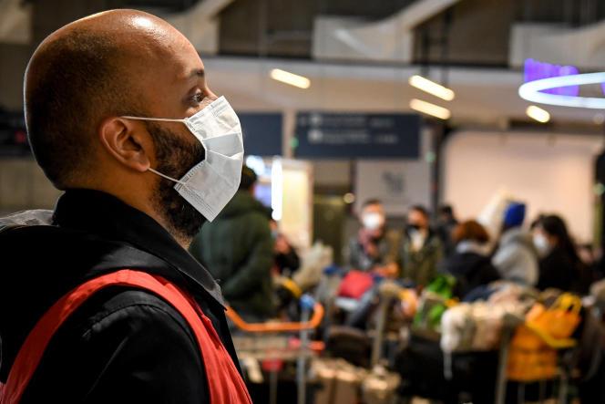 Un salarié de l'aéroport de Roissy-Charles-de-Gaulle, le 26 janvier.