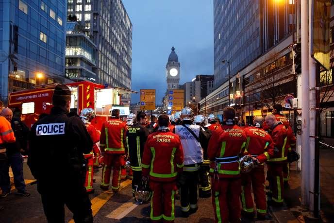 Les pompiers ont maîtrisé les feux partis d'une trentaine de véhicules, surtout des deux-roues, près de la gare de Lyon, à Paris, le 28 février.