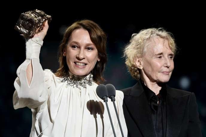 Emmanuelle Bercot (à gauche) aux côtés de Claire Denistient le César attribué à Roman Polanski pour « J'accuse», aux Césars le 28 février.