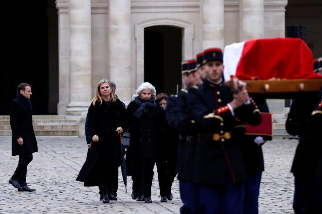 Les proches de Jean Daniel, accompagnés du président de la République, suivent le cercueil de Jean Daniel lors de l'hommage national rendu vendredi 28février2020 àParis.