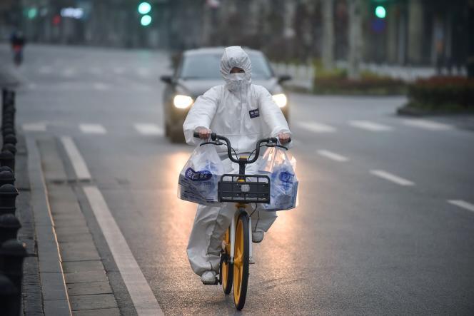 Dans les rues de Wuhan, en Chine, épicentre de l'épidémie du coronavirus, le 27 février.