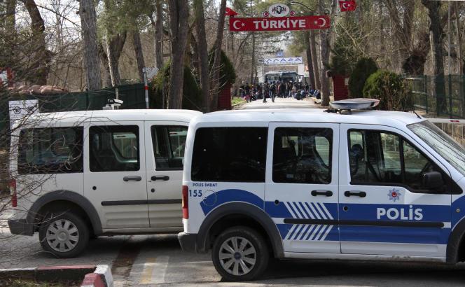 Des migrants attentent dans la zone tampon entre les postes-frontières turcs et grecs, près de la ville turque d'Edirne, vendredi 28 février.