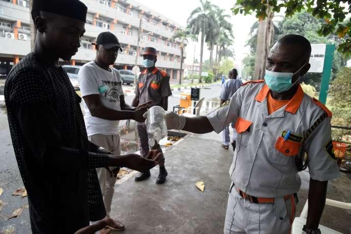 Un produit désinfectant est administré à l'entrée d'un hôpital de Lagos, la capitale économique du Nigeria, le 28 février 2020, après la découverte d'un cas de contamination au coronavirus la veille.