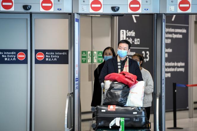 Des voyageurs venus de Chine, à l'aéroport Roissy-Charles-de-Gaulle, le 26 janvier.