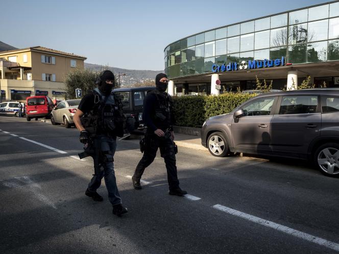 Les abords du lycée Tocqueville de Grasse (Alpes-Maritimes), après la fusillade, le 16mars 2017.
