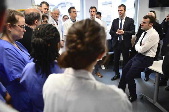 Emmanuel Macron et Olivier Véran, ministre de la santé, à l'hôpital de la Pitié-Salpêtrière, à Paris, le 27 février.