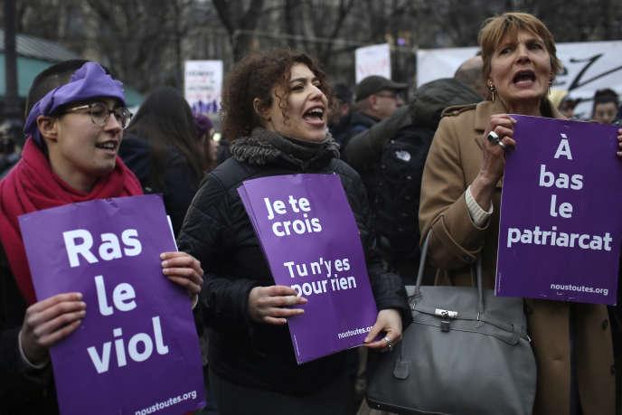 Des militantes de #Noustoutes, non loin de la salle Pleyel, à Paris, où se déroulait la cérémonie des Césars qui a consacré Roman Polanski meilleur réalisateur pour le film «J'accuse», le 28 février 2020.