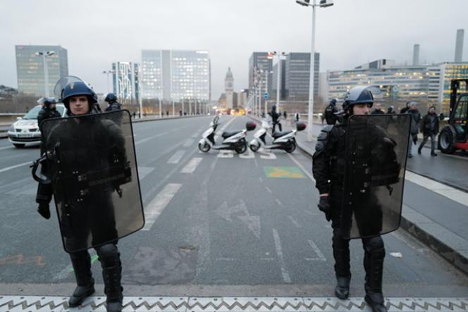 Des forces de l'ordre bloquent le quartier de la gare de Lyon, à Paris, le 28 février.