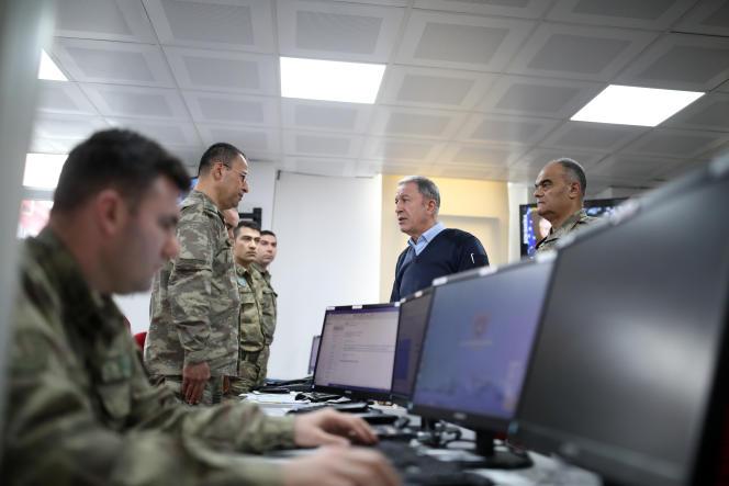 Le ministre de la défense turc, Hulusi Akar, supervise les opérations militaires contre des objectifs du régime syrien dans un centre de commandement à Hatay, en Turquie le 28 février.