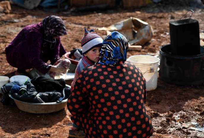 Des familles syriennes déplacées dans un camp à Sarmada, au nord d'Idlib, le 17 février.