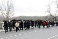 Des migrants marchent le long de la frontière entre la Turquie et la Grèce, le 28 février.
