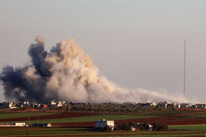Un nuage de fumée au-dessus d'un village près de Saraqeb, à l'est d'Idlib, le 26 février.
