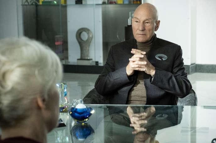 L'acteur britannique Patrick Stewart incarne l'amiral Jean-Luc Picard.