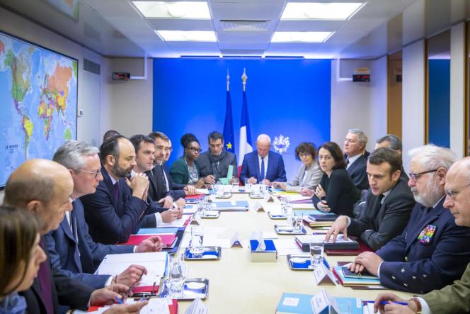 Le conseil de défense se réunit autour d'Emmanuel Macron pour prendre des mesures face à l'épidémie de coronavirus, à Paris, le 29 février.