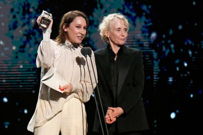 Emmanuelle Bercot et Claire Denis reçoivent le César du meilleur réalisateur, au nom de Roman Polanski, absent de la cérémonie, comme l'équipe du film.